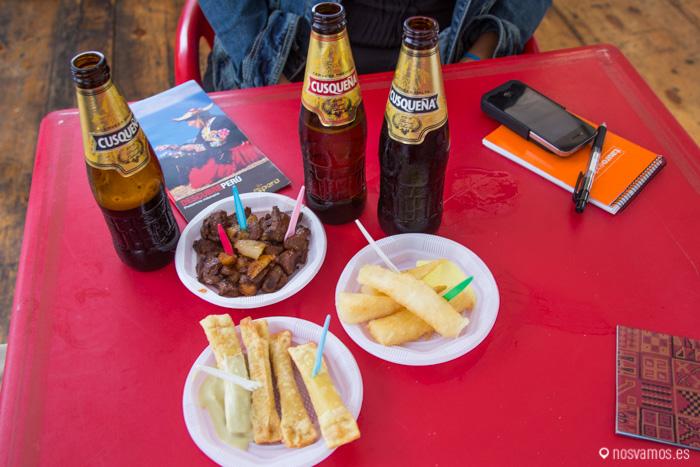Anticuchos, yuca frita y palitos de queso de Perú