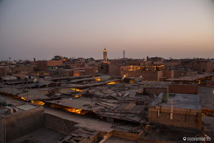 Vista de la Koutoubia desde el medio del zoco con todos los tejados del mercado de la medina