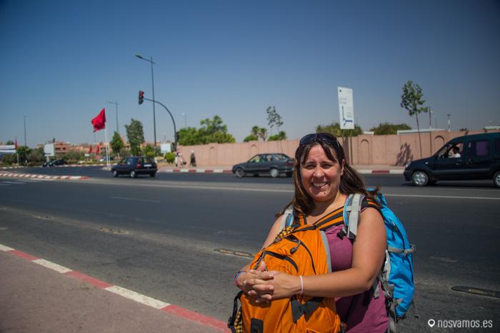 Ruth con las mochilas encima esperando el autobús