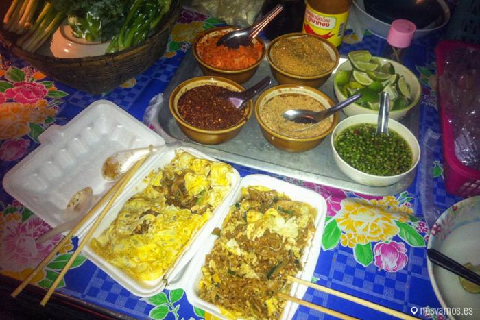 Dos pad thai con huevo de un puesto callejero de pai, de los mejores que comimos