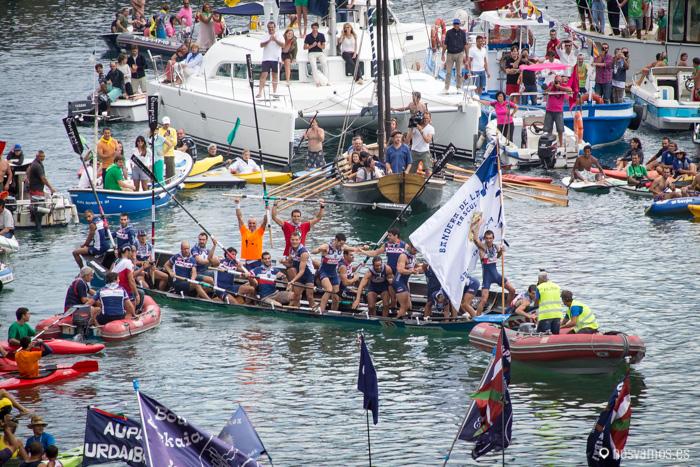 La embarcación de Urdaibai celebran la bandera