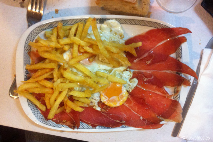 Un buen plato de huevos con jamón