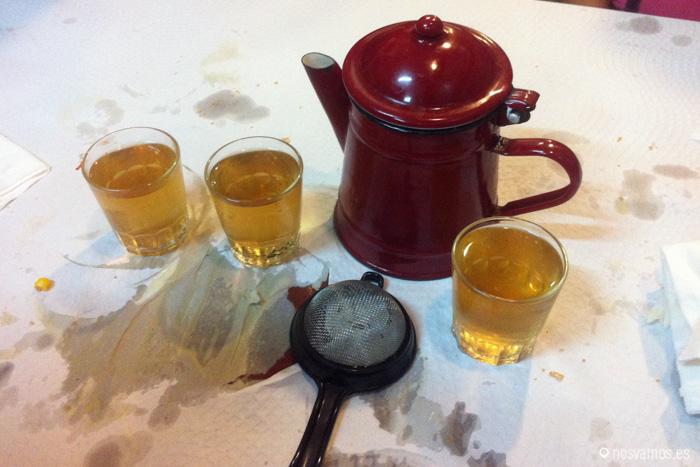 La mesa tras tomar té del puerto con orujo debe tener este aspecto