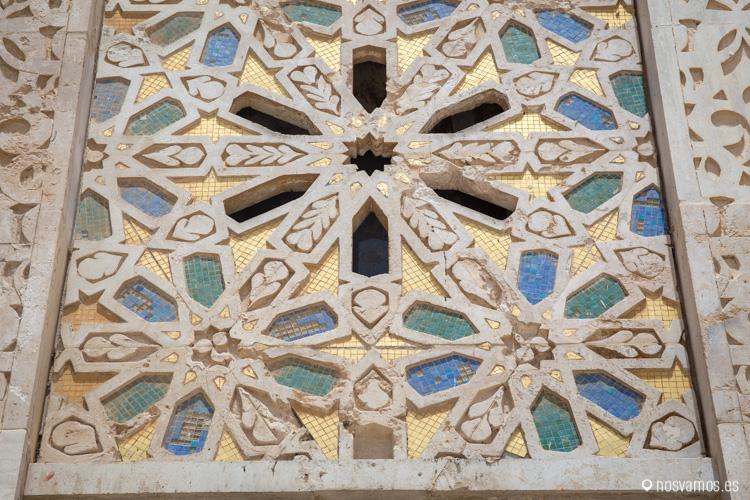 Todo el edificio está cubierto de mosaicos