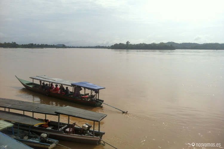 Las barcas que navegan por el Mekong entre islas