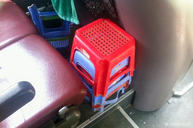 Sillitas de plástico en el autobús desde la frontera de Camboya