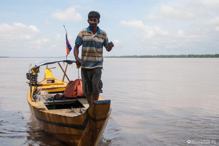 Nuestro barquero para ver los delfines de Irrawaddy