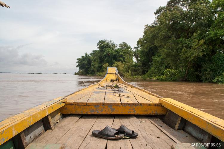 nuestra barca en medio del río mekong
