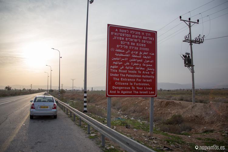 """Señal a la entrada de Jericó: """"Esta carretera está en área A bajo control de la autoridad Palestina, entrada prohibida para Israelis, peligrosa para sus vidas y está en contra de la ley Israeli""""."""