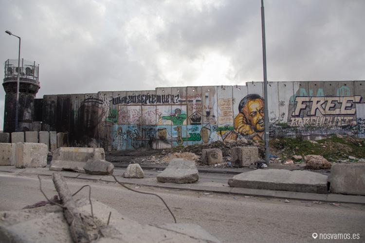 Muro y torre de control en el checkpoint de Qalandia
