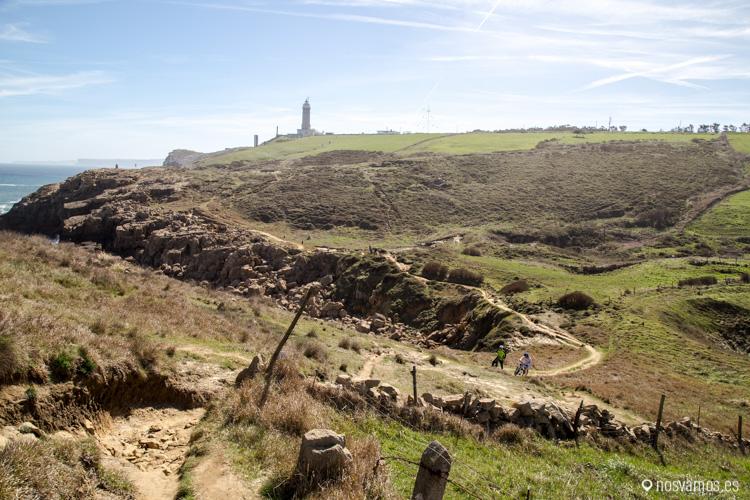 Al fondo, el faro de Cabo Mayor