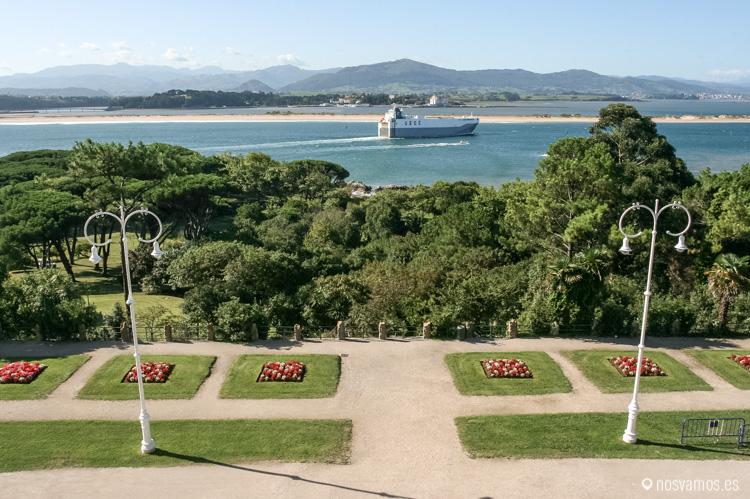 Vistas desde la segunda planta del Palacio de la Magdalena, en primer plano la Bahía, la playa del puntal y al fondo, Peñacabarga