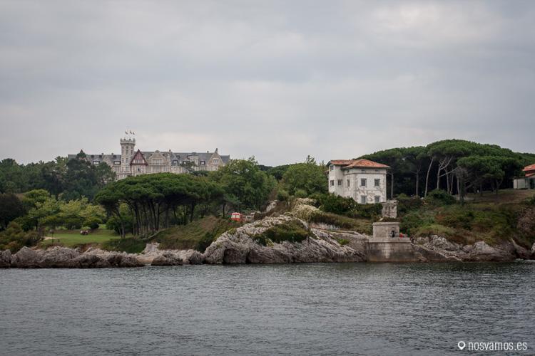 El Palacio de la Magdalena y el Faro de la Cerda desde el mar Cantábrico