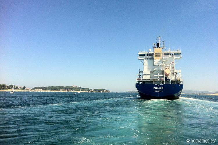También te puedes cruzar con algún carguero que entre o salga del puerto de Santader