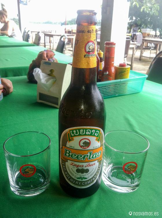 Lao Beer, lo primero que hicimos nada más cruzar la frontera