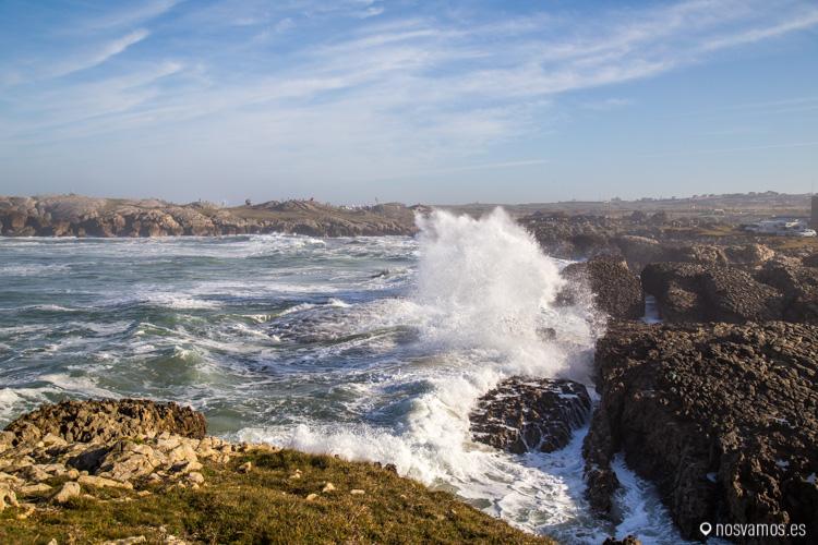 Disfrutando de las olas por la senda costera de Santander