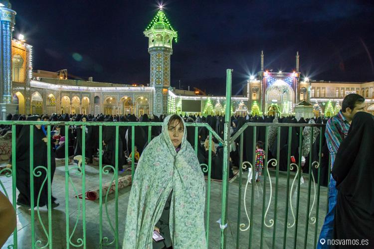 Ruth con el Chador después de entrar al mausoleo