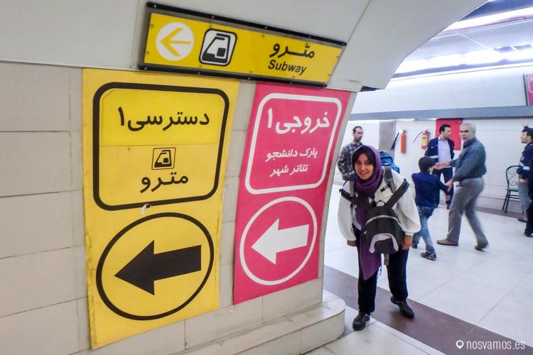 Para llegar al metro de Teheran, hay que seguir las señales amarillas