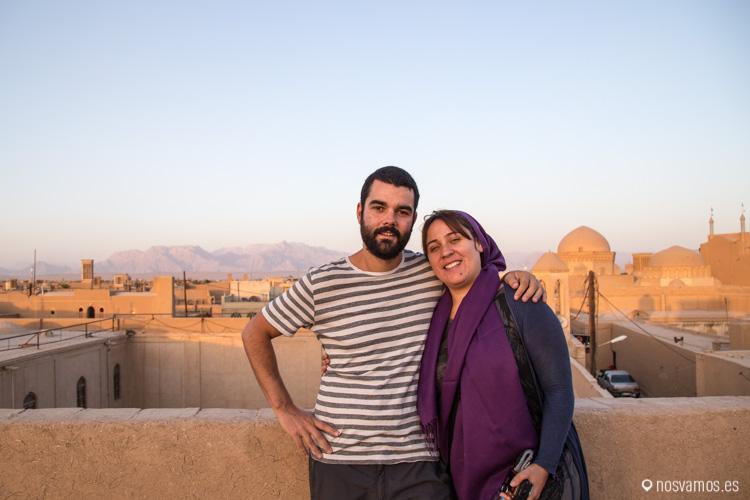 Sobre los tejados de Yazd, Irán, disfrutando de la puesta de sol