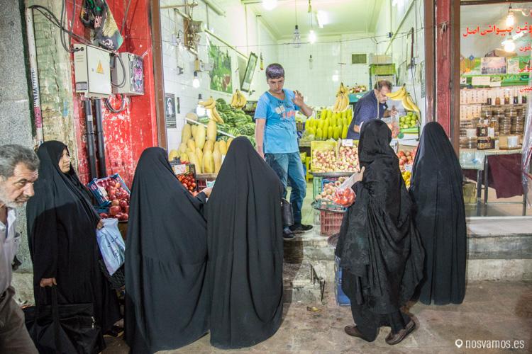 La mayoría de las mujeres de Qom levan el Chador negro, no es fácil ver mujeres solo con un pañuelo para tapar el pelo como en otras ciudades.