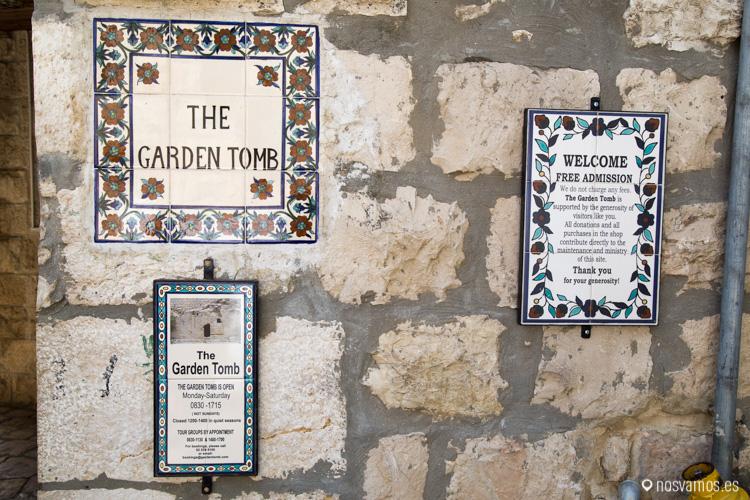 Entrada al jardín de la tumba
