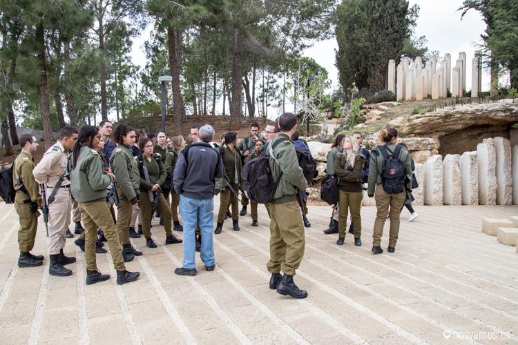 Jóvenes haciendo el servicio militar de visita en el museo del Holocausto armados con fusiles