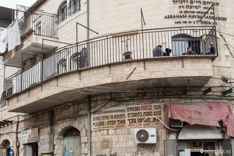 """Traducción del cartel a la entrada del barrio Mea Shearim, """"Los grupos que atraviesan nuestro vecindario ofenden seriamente a nuestros residentes, por favor, pare aquí"""""""