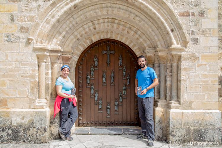 En la puerta del perdón, todavía cerrada con las credenciales del peregrino