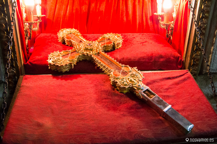 """Cruz con el """"Lignum Crucis"""" en el Monasterio de Santo Toribio de Liébana"""
